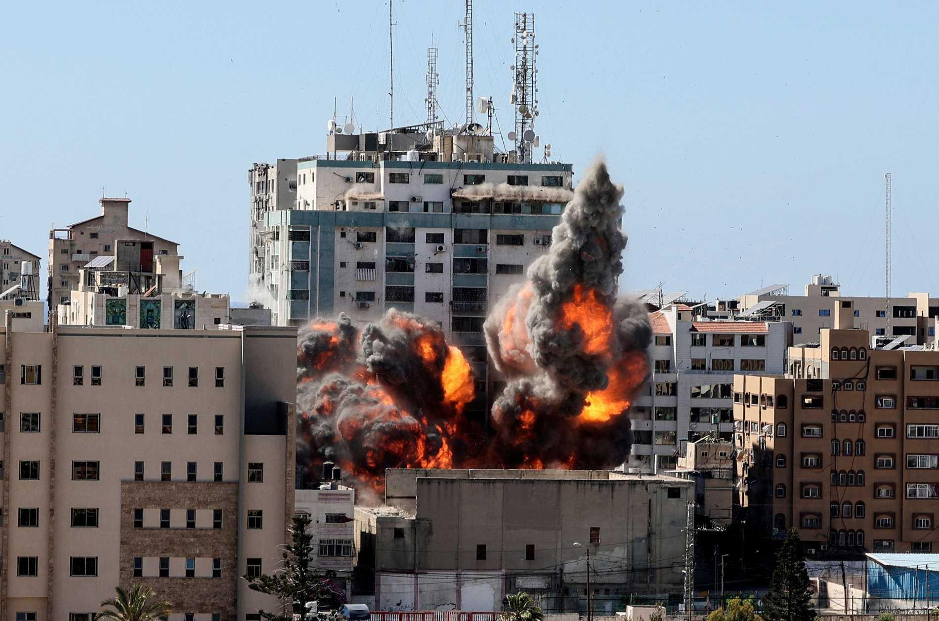 Här träffas Jala Tower efter det israeliska luftangreppet i Gaza.