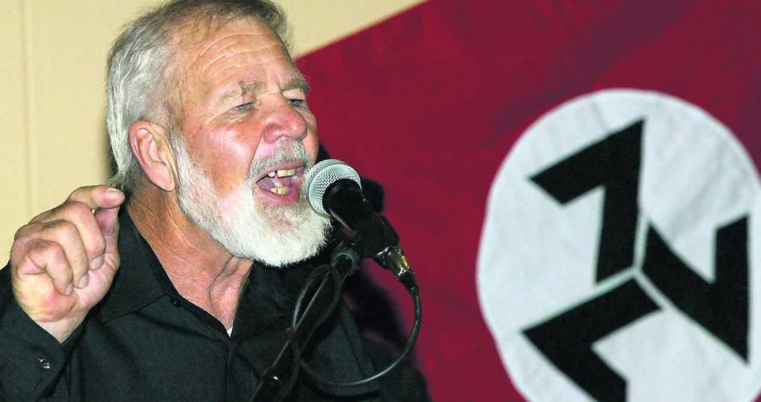 """rasistledare machetemördad Eugène Terre'Blance (ett taget efternamn som betyder """"vit jord"""" på franska) bildade sitt parti 1972 för att """"skydda boernas ättlingars rättigheter""""."""