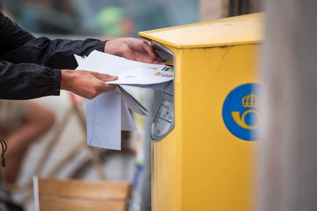 Postnord har börjat se hårdare på att brev inte frankeras rätt. En kvinna i Kristianstad har fått en faktura, eftersom hon tagit emot en födelsedagshälsning som var frankerad med 50 öre för lite. Arkivbild.