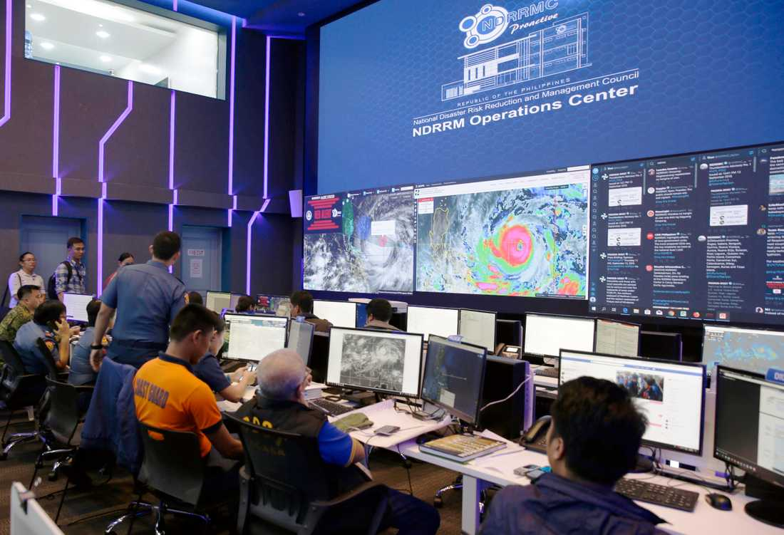 Myndigheterna i Manila följer tyfonen Mangkhuts framfart på satellitbilder.