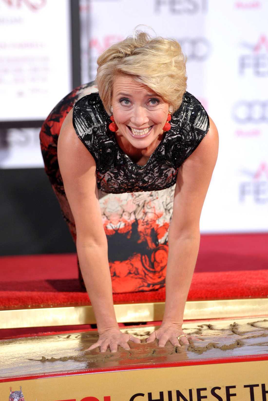 Skådespelerskan Emma Thompson lämnar sina handavtryck vid Chinese Theatre i Hollywood. Fotavtrycken är också på plats.