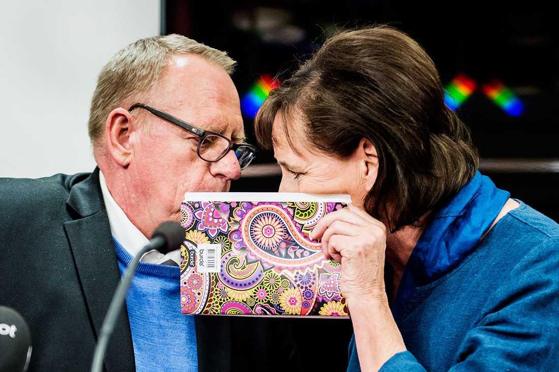 Anders Bergström, kassör och tredje vice ordförande, och ordförande Annelie Nordström under den presskonferens där Anders Bergströms avgång meddelades.