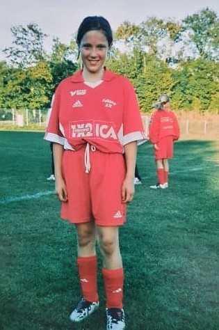 Erica spelade fotboll som barn och hennes pappa var ledare i laget.