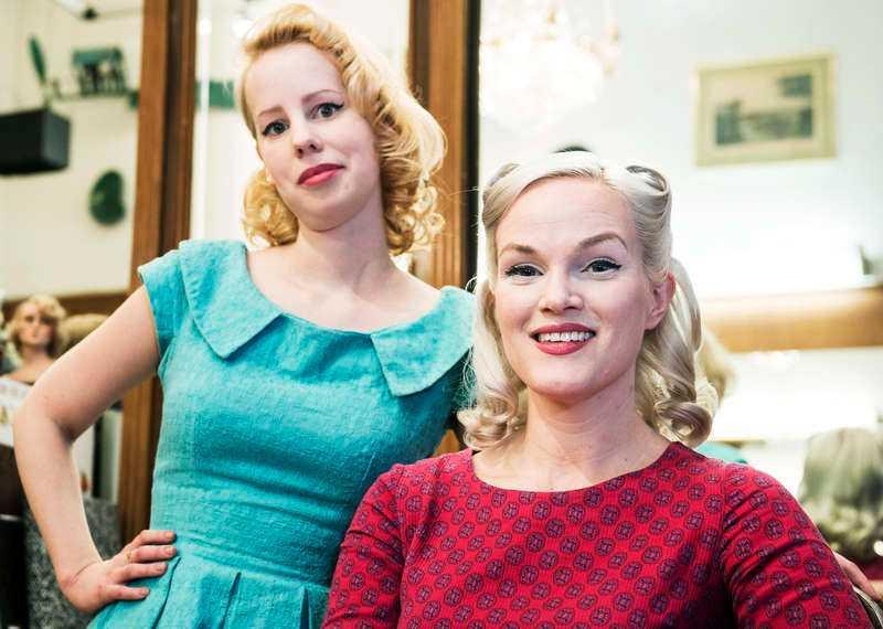 062339cda88d LOCKANDE Sarah och Emma är båda förtjusta i hårmode från första halvan av  förra seklet,