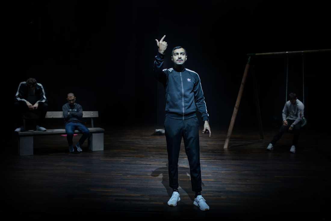 """Alexander Abdallah på scen i Affe Ashkars """"Snubben lättar på sitt hjärta"""" (Skärholmen Kulturhuset Stadsteatern, 2018)."""