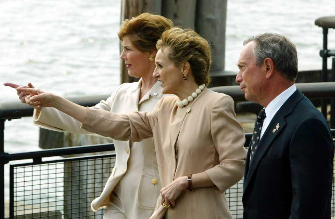 Mike Bloomberg (till höger) under sin tid som New Yorks borgmästare 2004. På bilden är han tillsammans med USA:s dåvarande första dam Laura Bush och Warrie Price, ledare för organisationen Battery Conservancy, för ett samtal om en minnesträdgård för att hedra offren för terrordåden den 11 september 2001.