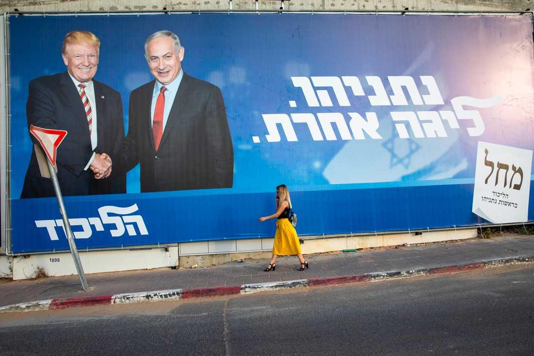 """USA:s Donald Trump och Israels Benjamin Netanyahu på en valaffisch för den senare. På måndag möts de båda ledarna i Vita huset för att offentliggöra """"århundradets avtal"""". Arkivbild."""