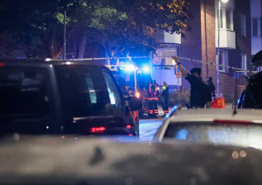 Polis på platsen där det larmades om skottlossning i Nacka, öster om Stockholm, på söndagskvällen. Arkivbild.