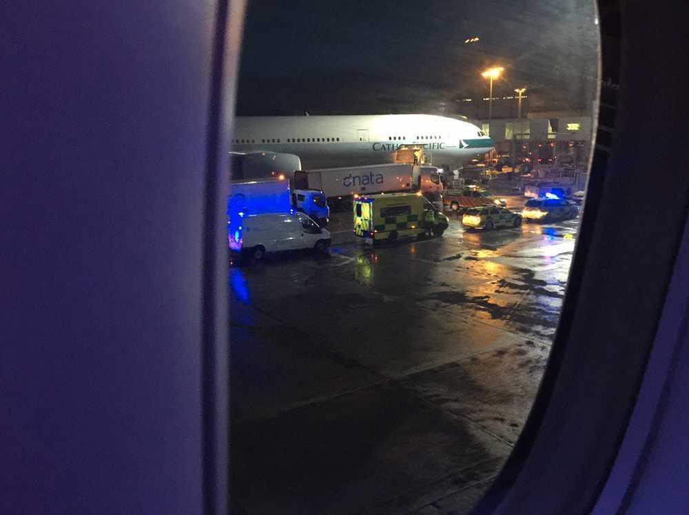 "Passageraren Eric Winter tog den här bilden på räddningspersonalen inifrån American Airlines-planet. ""The 777W is surrounded with medical teams and fire engines. Medics coming aboard"", skrev han på twitter."