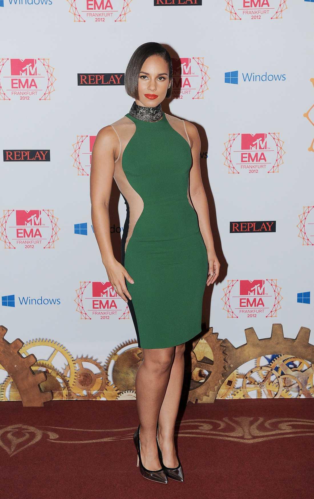 Alicia Keys matchade nya frisyren med en smaragdgrön klänning.