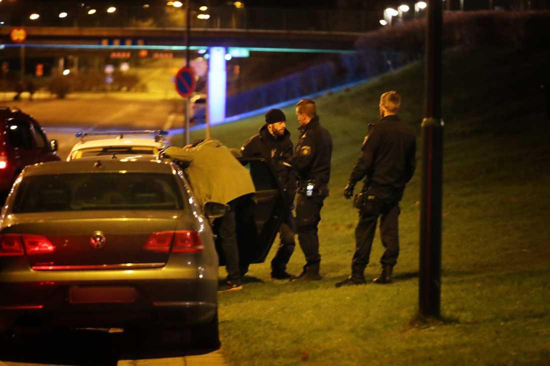 Polis på platsen där två personer ska ha omhändertagits.