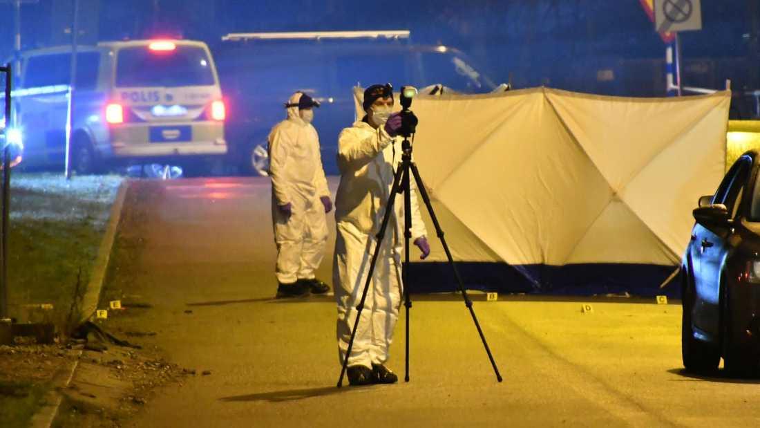 Klockan 21.03 fick polisen ett larm om en livlös kvinna i stadsdelen Hyllie.