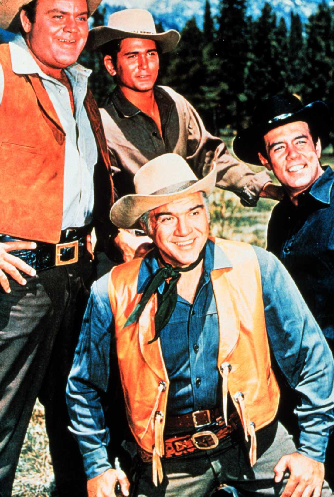 """I """"Bröderna Cartwright"""" (""""Bonanza"""") spelade Lorne Green (Ben), Dan Blocker (Hoss), Michael Landon (Joe) och Pernell Roberts (Adam)."""