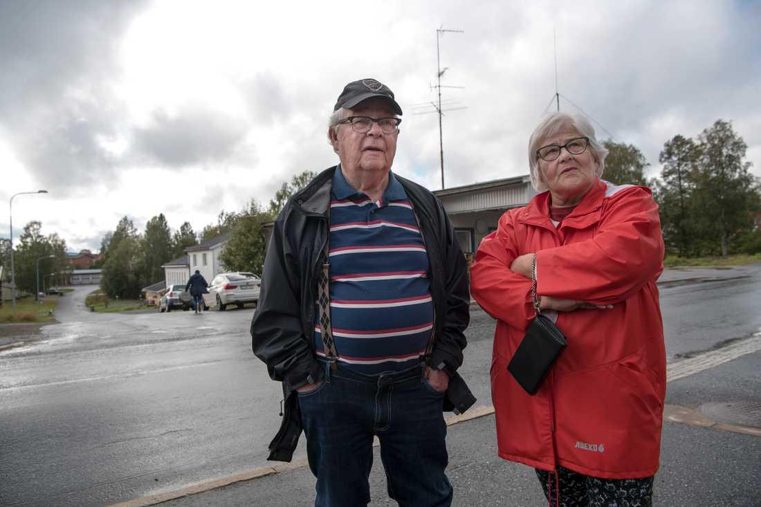 """Bernt och Birgitta Lindberg, 81 och 75, flyttade till sitt fritidshus i Bjurholm för tio år sedan men funderar nu på att flytta söderut igen. """"Det är lugnt och fridfullt här, med fiske och svampskogar. Men jag hade gärna velat att de satsade på seniorboenden"""" säger Bernt."""