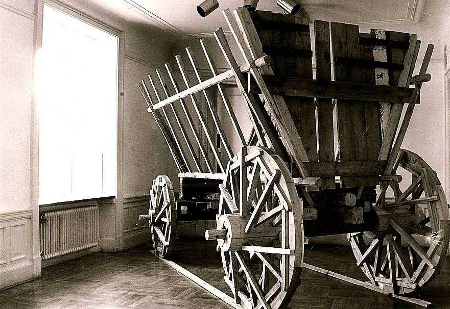 """Ingolf Kaiser, """"Vagn för flyende"""", skulptur i trä, 1982."""