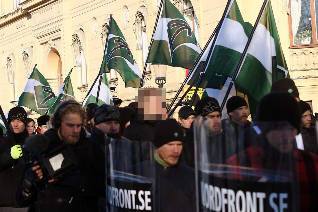 Den 20-årige misstänkte bombmannen är pixlad i mitten av bilden. Aftonbladet har valt att inte visa ansiktet på de misstänkta bombmännen före fällande dom.