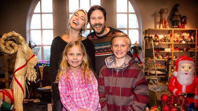Cecilia Forss, Henrik Johansson, Maja Söderström och Adrian Macéus utgör familjen Storm i den nya julkalendern.