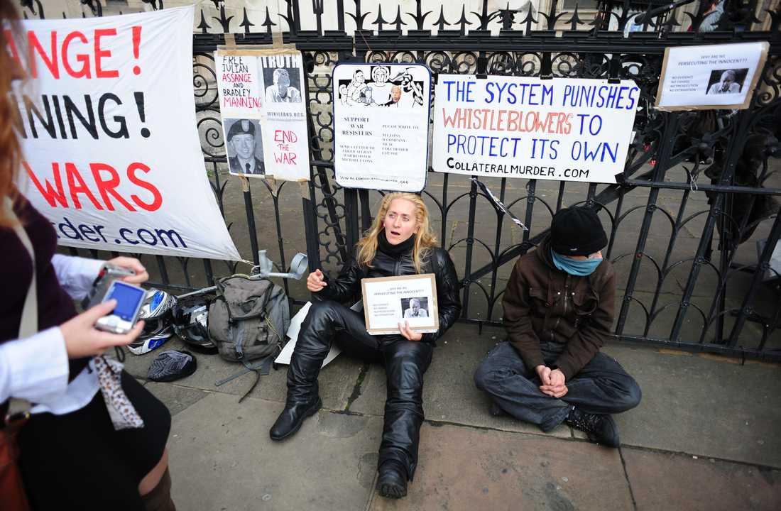 Assange-supporters hade samlats utanför rätten för att protestera och visa sitt stöd.