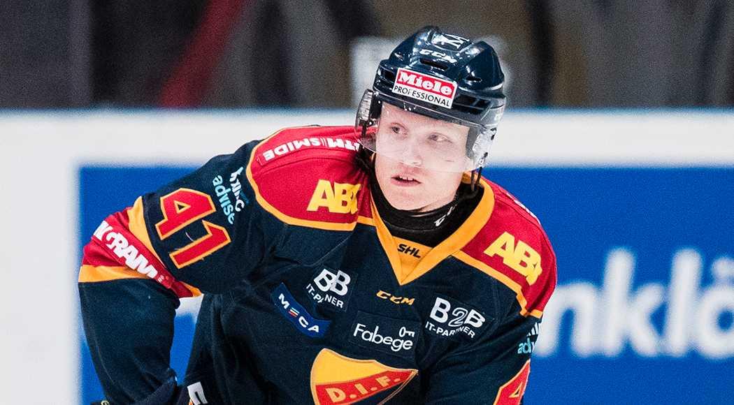 Djurgårdens Alexander Falk med halsskydd på.