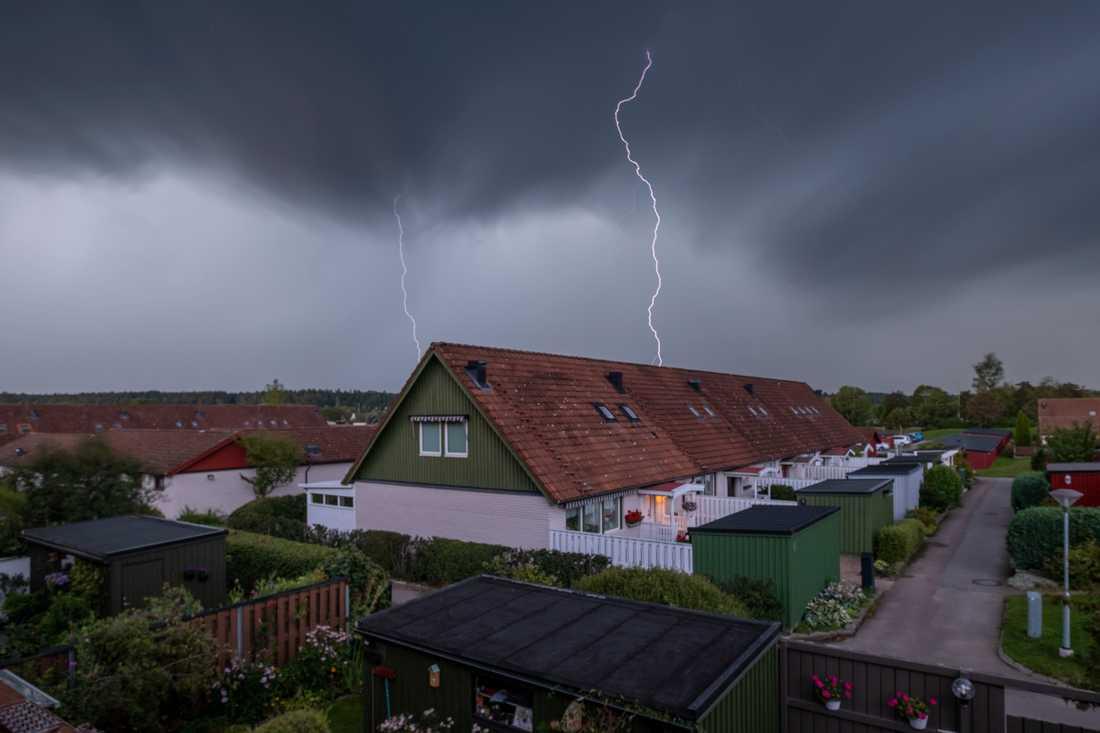 """""""Tog denna bild av två blixtar som slår ner över Linköping under eftermiddagen i dag när åskan passerade"""", skriver läsaren Mikael Järnåsen som skickat in bilden."""