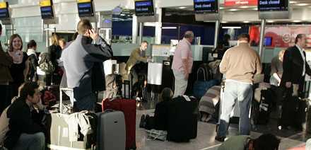 De flesta stora flygbolag överbokar. Enligt EU-regler ska de först fråga efter frivilliga att avstå sin stol på planet om alla inte får plats.
