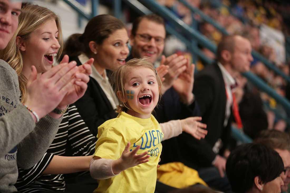 Lillsessan är lika mycket hockeysupporter som pappa, prins Daniel.