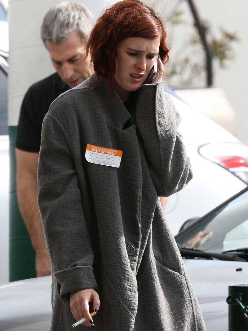 Rumer Willis utanför sjukhuset där hennes mor vårdas.