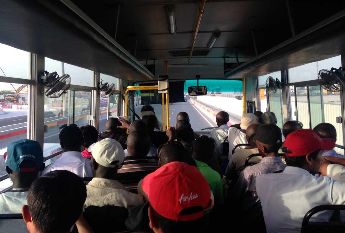 Såhär ser det ut när gästarbetare transporteras till idrottsarenor.