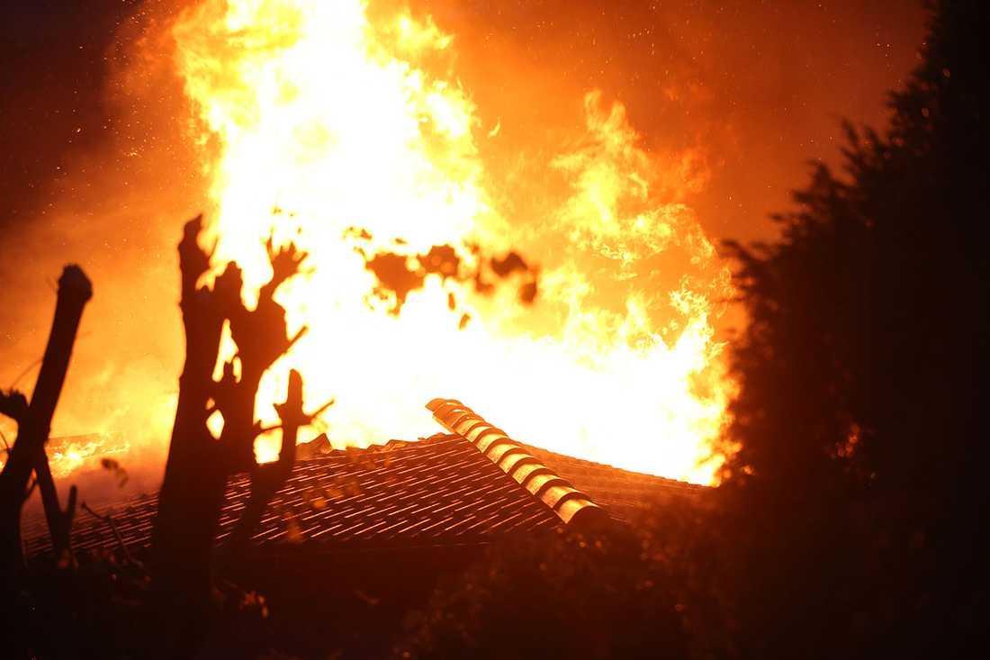 Huset började brinna efter att blixten slog ner.