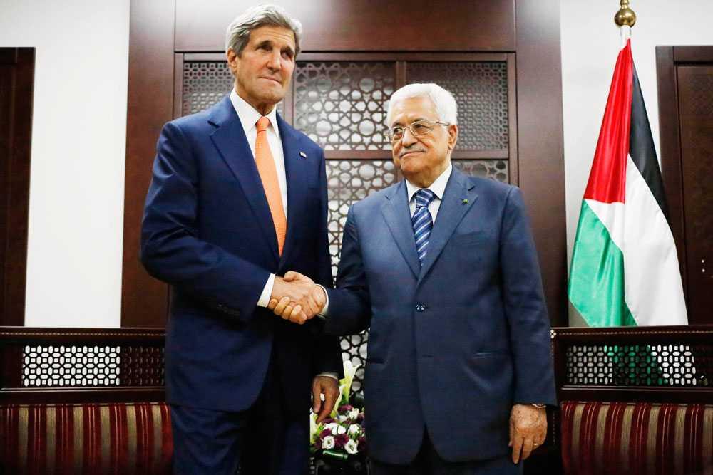 ...medan USA:s utrikesminister, John Kerry, träffar Mahmoud Abbas, Palestinska myndighetens president. Enligt Kerry går fredssamtalen framåt.