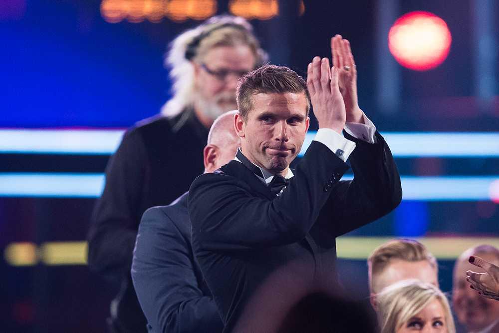 Anders Svensson applåderar publiken efter att ha hyllats för sin landslagsgärning i Fotbollsgalan 2013.