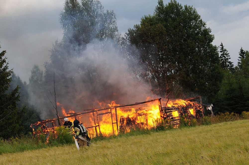 Räddningstjänst, ambulans samt polis larmades strax före 14-tiden på lördagseftermiddagen till Gårdsby Marieborg utanför Växjö där man hade en övertänd ladugård. Braden tros ha orsakat av ett kraftig åskoväder.