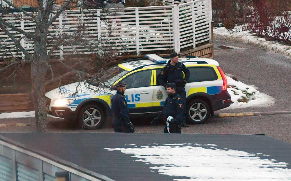 Polisen är på plats i området där en explosion ska ha inträffat i en bostad.
