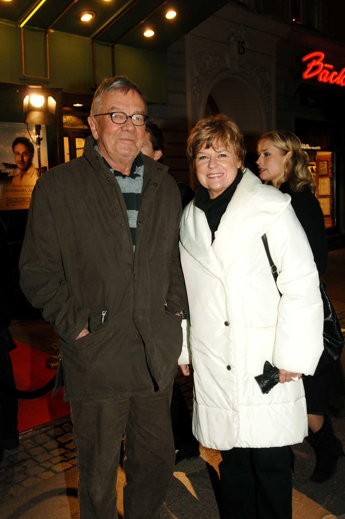 Den kända författaren och journalisten Anders Ehnmark har avlidit. Det bekräftar hans hustru Annika Hagström
