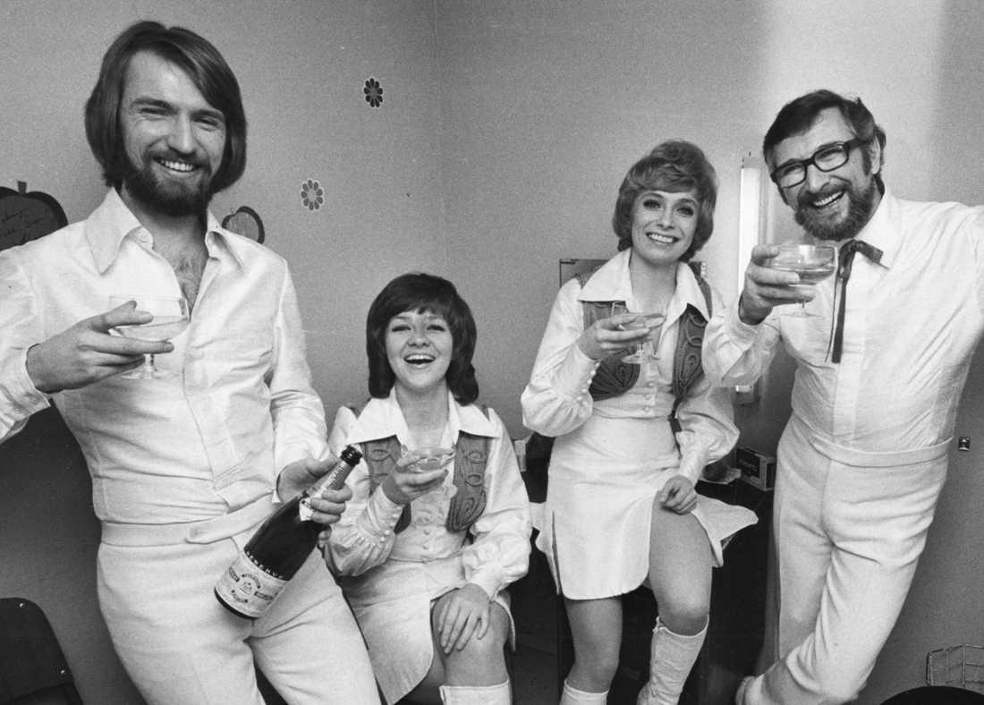 """Medlemmarna i musikgruppen Family Four fr v: Pierre Isacsson, Agneta Munther, Marie Bergman och Berndt öst skålar i champagne efter att ha vunnit Melodifestivalen för andra året i rad med melodin """"Härliga sommardag"""" 1972."""