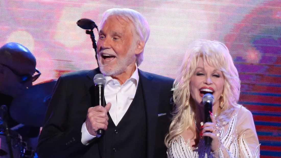 Dolly Parton gästade Kenny Rogers avskedskonsert 2017.