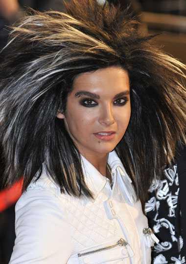 Bra hårdag? Sångaren Bill Kaulitz i Tokio Hotel har imponerande höjd på hårburret på NRJ-galan i Frankrike.