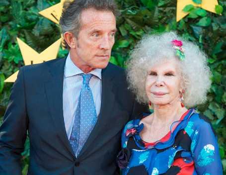Snart man och hustru 60-årige Alfonso Diez med blivande hustrun, vars fullständiga namn är Maria del Rosario Cayetana Alfonsa Victoria Eugenia Francisca Fitz-James Stuart y de Silva.