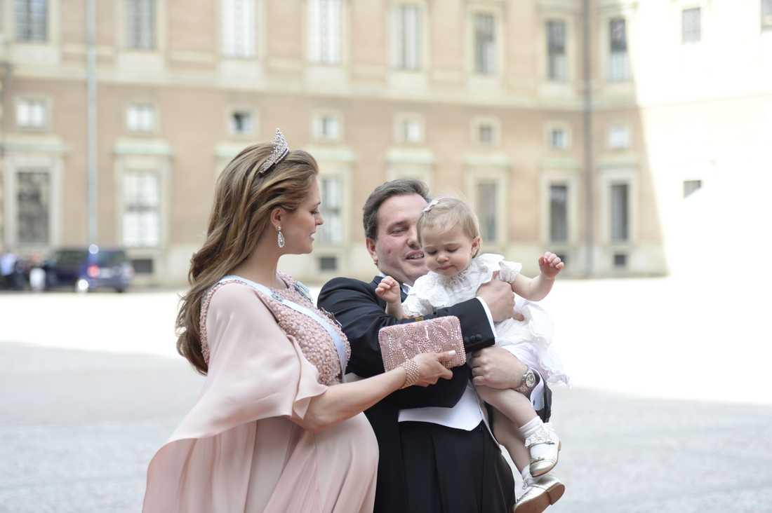 Höggravida prinsessan Madeleine anlände tillsammans med maken Chris O'Neill och blivande storasystern prinsessan Leonore.