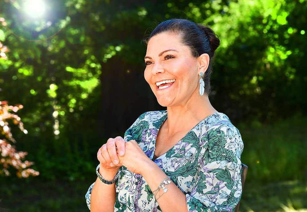 """Den 14 juli 2020 fyller kronprinsessan 43 år. Då kan alla som vill ta del av hennes många landskapsvandringar genom Sverige i en ny bok, """"Upptäck Sverige med kronprinsessan Victoria""""."""