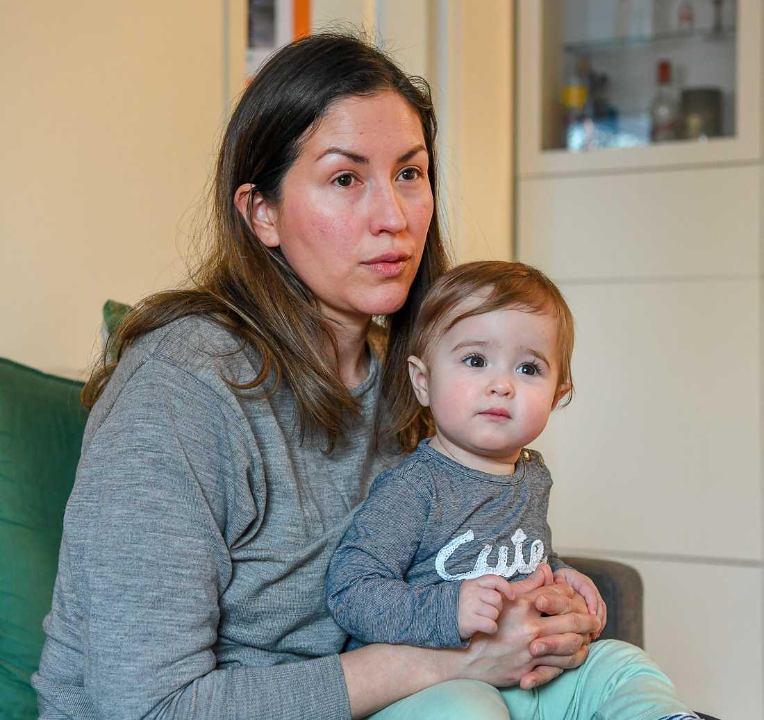 Wuendy Cardenas från Venezuela med dottern Luana Håkansson.
