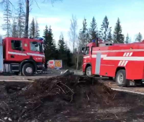 Tre brandbilar fick rycka ut till Patrik Fernlunds gård för att släcka elden.