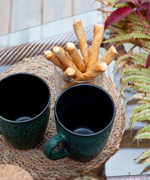 Dags för utefika på altanen. Brödpinnar och kaffekoppar från Gekås Ullared är framdukade.