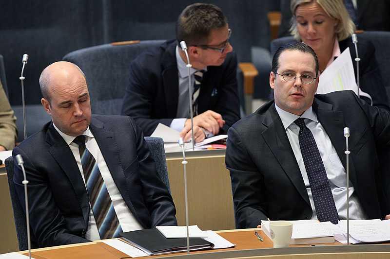 FINANSMINISTER ANDERS BORG noterar diskret att statsministern tagit sig en tupplur.