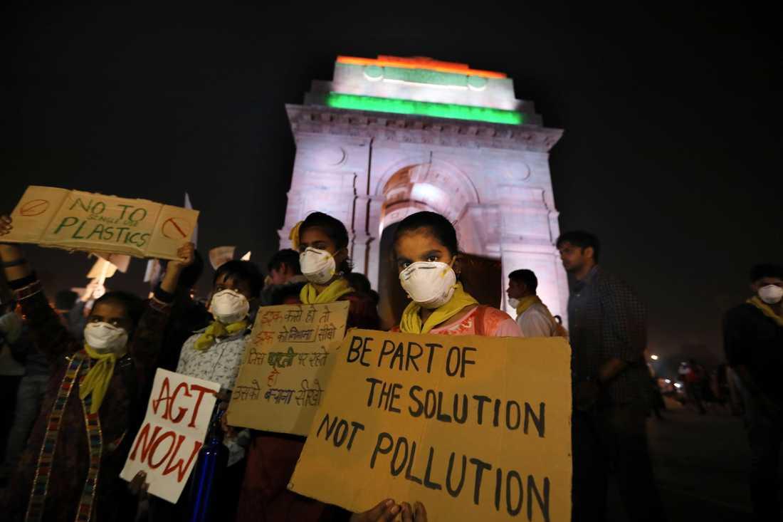 Barn i Delhi i Indien protesterar mot den dåliga luften.