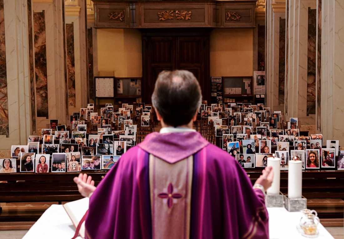 Den italienske prästen Don Giuseppe Corbari i Lombardiet håller gudstjänst inför inskickade bilder på församlingsmedlemmar. Arkivbild.