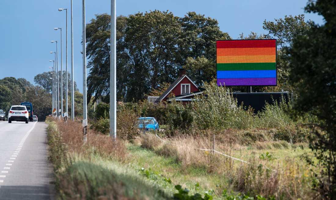 Digital prideflagga på Listervägen i Sölvesborg. Ett reklamföretag i Sölvesborg har reagerat på den nya flaggpolicyn genom att visa prideflaggan på 13 digitala skyltar i kommunen.