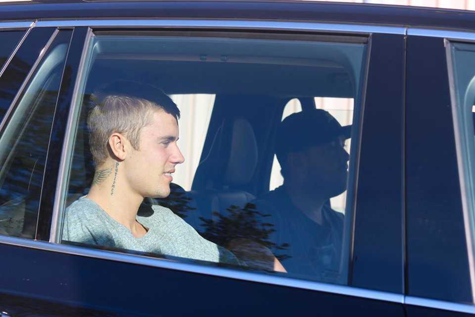 Justin Bieber anlände till flygplatsen i Luleå under fredagskvällen.