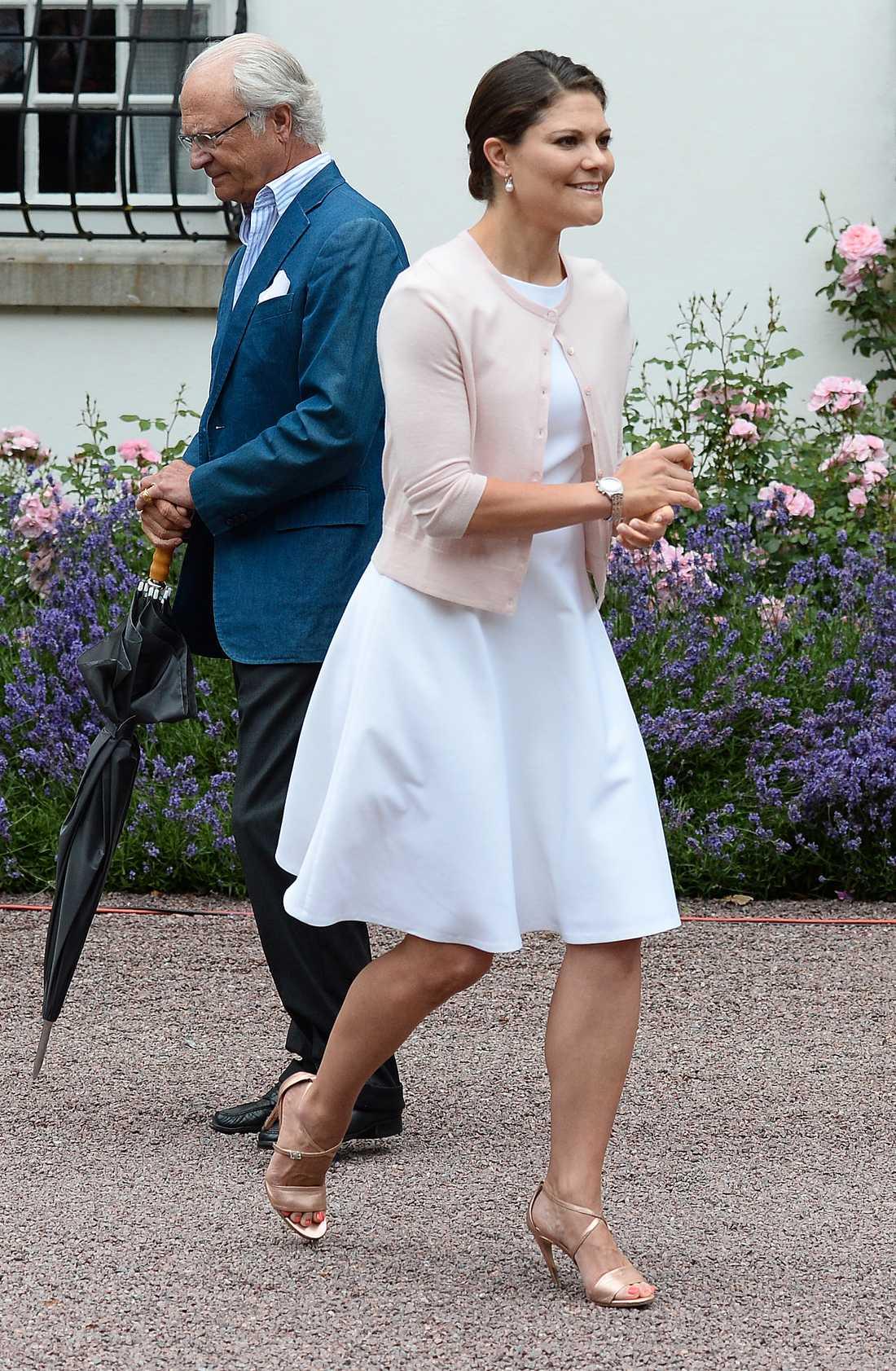 Victoria firade sin 37-årsdag 2014 i en vit sommarklänning matchat med en söt kofta.