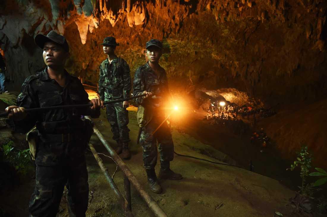 El och ventilation har kopplats in i grottan för att underlätta räddningsinsatsen.